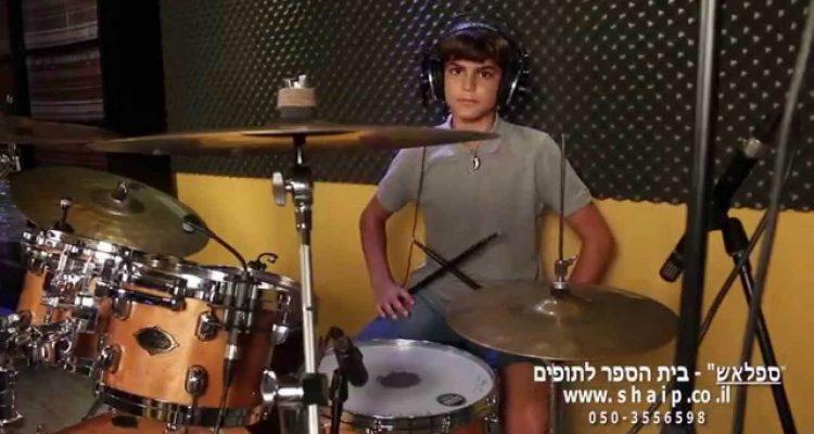 רוי שאלתיאל מנגן את Moves Like Jagger של Maroon 5