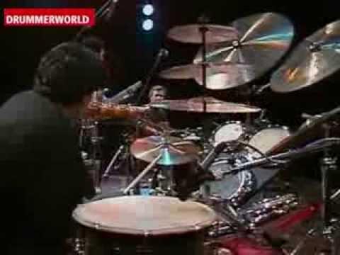 הופעה של המתופף Trilok Gurtu עם הגיטריסט John McLaughlin